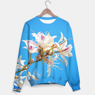 Miniaturka White flowers with pink over blue background Sweater, Live Heroes