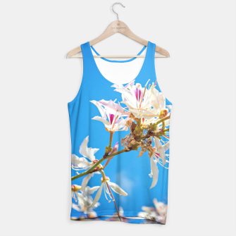 Miniaturka White flowers with pink over blue background Tank Top, Live Heroes