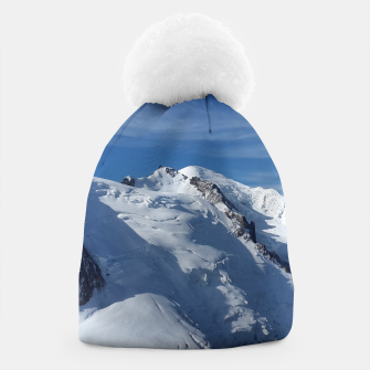 Awesome white snowy Mont Blanc Alps mountains in Italy, France, Europe on a beautiful winter day Beanie Bild der Miniatur