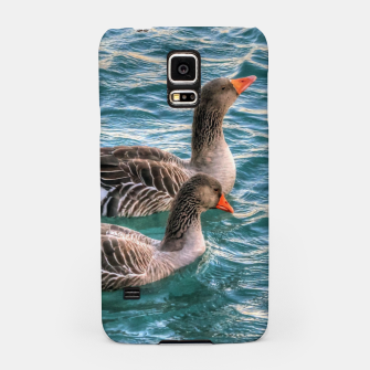 Miniaturka Cute three geese birds swimming in the pond on a beautiful summer day Samsung Case, Live Heroes