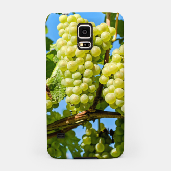 Miniaturka Delicious growing green grapes bunch farming on a beautiful blue summer sky background Samsung Case, Live Heroes