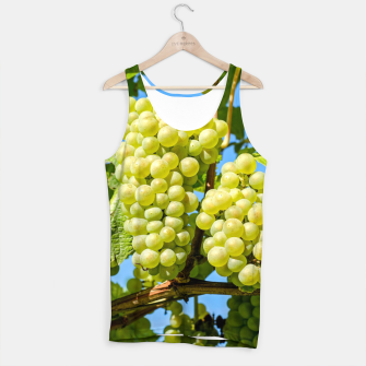 Miniaturka Delicious growing green grapes bunch farming on a beautiful blue summer sky background Tank Top, Live Heroes