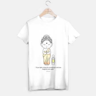 "Miniaturka Buddha standing with a lamp and quote, ""If you light a lamp for somebody, it will also brighten your path."" T-shirt regular, Live Heroes"