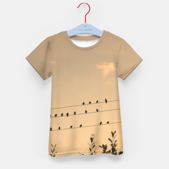 BIrds on wires Kid's t-shirt Bild der Miniatur