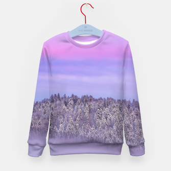 Imagen en miniatura de Foggy snow covered spruce forest at sunset Kid's sweater, Live Heroes