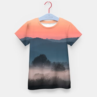 Imagen en miniatura de Foggy landscape at sunset Kid's t-shirt, Live Heroes