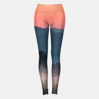 Imagen en miniatura de Foggy landscape at sunset Leggings, Live Heroes