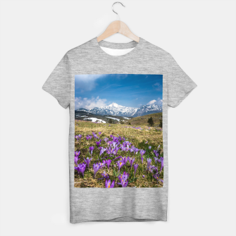 Miniature de image de Mountains and crocus flowers on Velika Planina, Slovenia T-shirt regular, Live Heroes