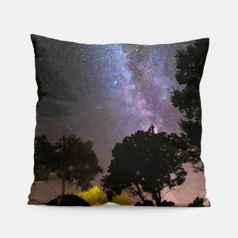 Imagen en miniatura de Trees landscape with milky way Pillow, Live Heroes