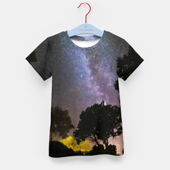 Imagen en miniatura de Trees landscape with milky way Kid's t-shirt, Live Heroes