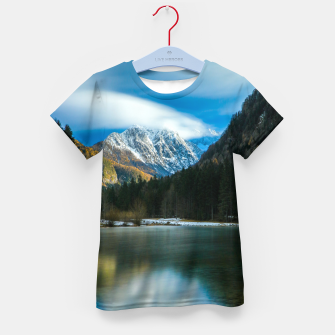 Imagen en miniatura de Beautiful lake with mountains in background in Zgornje Jezersko Kid's t-shirt, Live Heroes
