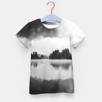 Imagen en miniatura de Morning fog above the lake in black and white Kid's t-shirt, Live Heroes