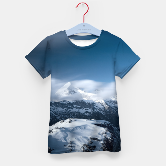 Imagen en miniatura de Clouds rolling above snowy mountains Kid's t-shirt, Live Heroes
