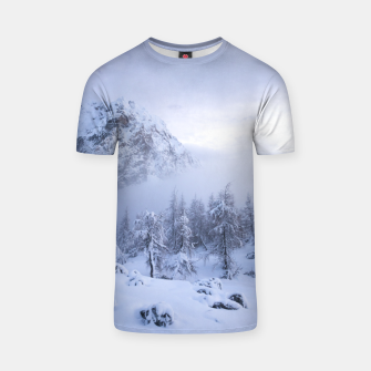 Miniatur Winter wonderland, fog, spruce forest and mountains T-shirt, Live Heroes