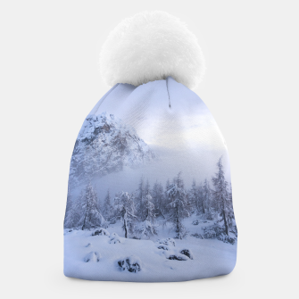 Miniatur Winter wonderland, fog, spruce forest and mountains Beanie, Live Heroes