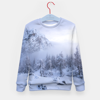 Miniatur Winter wonderland, fog, spruce forest and mountains Kid's sweater, Live Heroes