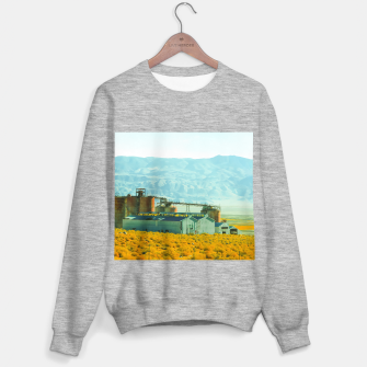 Miniatur road trip with countryside view and mountains background in California Sweater regular, Live Heroes