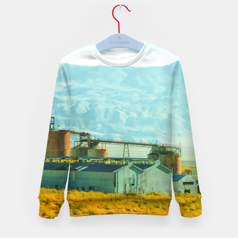 Miniatur road trip with countryside view and mountains background in California Kid's sweater, Live Heroes