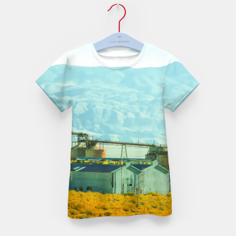 Miniatur road trip with countryside view and mountains background in California Kid's t-shirt, Live Heroes