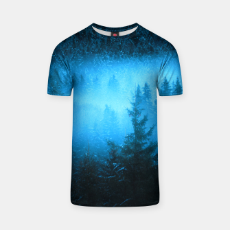 Magical fog in snowy spruce forest T-shirt Bild der Miniatur