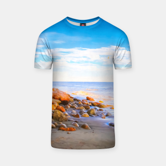 Miniatur sandy beach with blue cloudy sky in summer T-shirt, Live Heroes