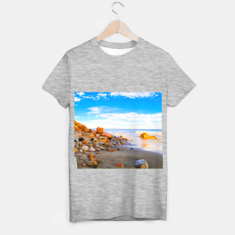Miniatur sandy beach with blue cloudy sky in summer T-shirt regular, Live Heroes