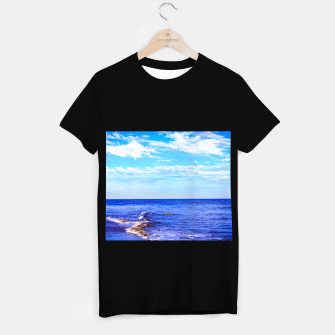 Miniatur blue ocean view with blue cloudy sky in summer T-shirt regular, Live Heroes