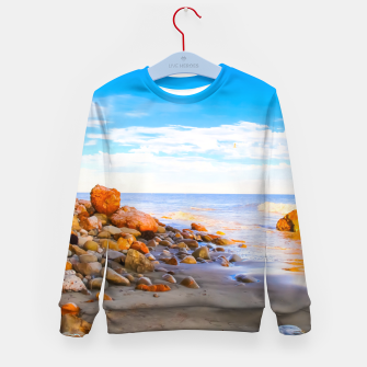 Miniatur sandy beach with blue cloudy sky in summer Kid's sweater, Live Heroes
