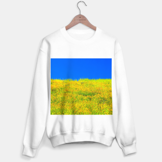 Miniatur yellow poppy flower field with green leaf and clear blue sky Sweater regular, Live Heroes