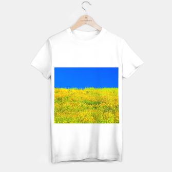 Miniatur yellow poppy flower field with green leaf and clear blue sky T-shirt regular, Live Heroes