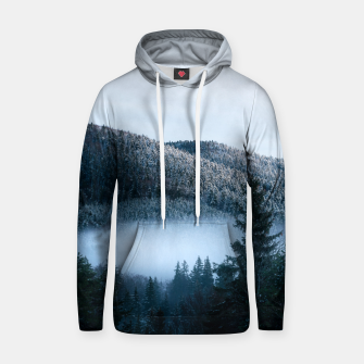 Mysterious fog trapped in winter spruce forest Hoodie Bild der Miniatur