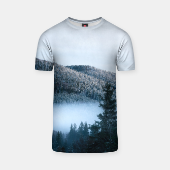 Mysterious fog trapped in winter spruce forest T-shirt Bild der Miniatur