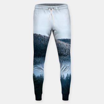 Mysterious fog trapped in winter spruce forest Sweatpants Bild der Miniatur