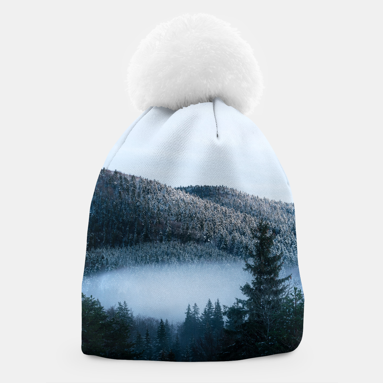 Foto Mysterious fog trapped in winter spruce forest Beanie - Live Heroes