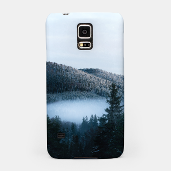 Mysterious fog trapped in winter spruce forest Samsung Case Bild der Miniatur