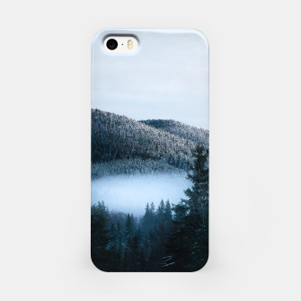 Mysterious fog trapped in winter spruce forest iPhone Case Bild der Miniatur