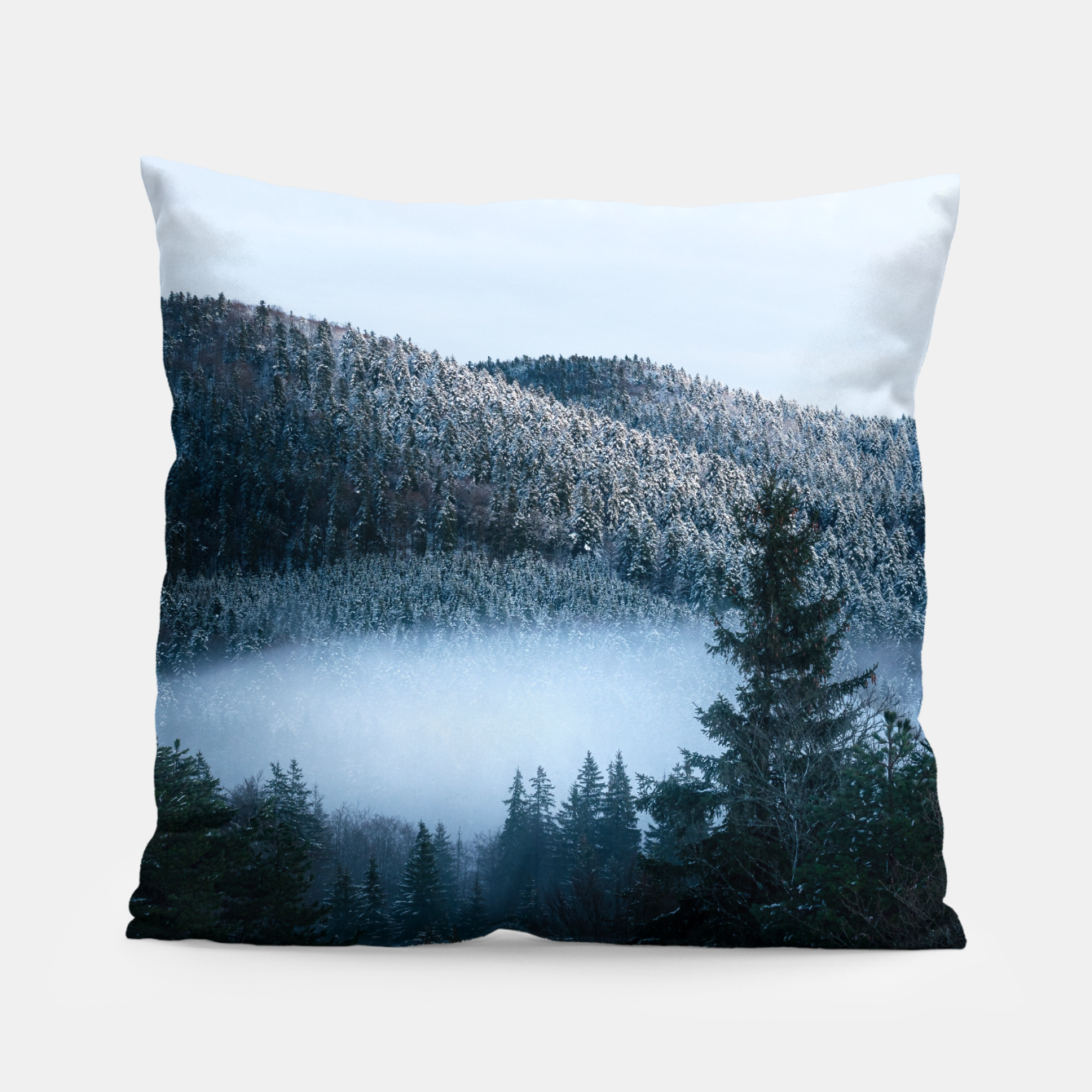 Foto Mysterious fog trapped in winter spruce forest Pillow - Live Heroes