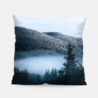 Mysterious fog trapped in winter spruce forest Pillow Bild der Miniatur