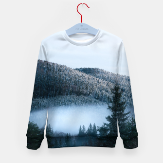 Mysterious fog trapped in winter spruce forest Kid's sweater Bild der Miniatur