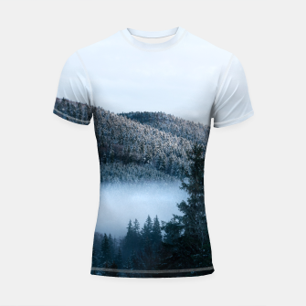 Mysterious fog trapped in winter spruce forest Shortsleeve rashguard Bild der Miniatur