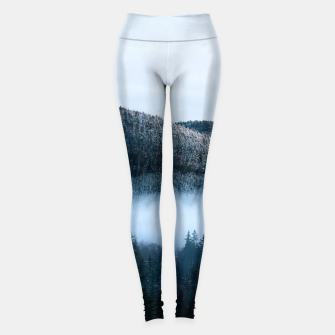 Mysterious fog trapped in winter spruce forest Leggings Bild der Miniatur