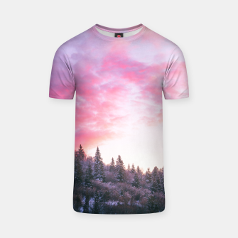 Magical bright pink sunset above snowy forest T-shirt Bild der Miniatur