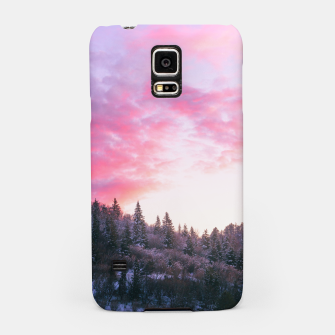 Magical bright pink sunset above snowy forest Samsung Case Bild der Miniatur