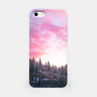 Magical bright pink sunset above snowy forest iPhone Case Bild der Miniatur