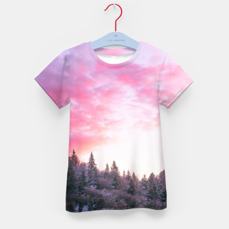 Magical bright pink sunset above snowy forest Kid's t-shirt Bild der Miniatur